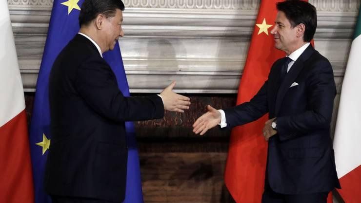 Schliessen sich Chinas umstrittener Seidenstrassen-Initiative an: Italiens Premierminister Giuseppe Conti begrüsst den chinesischen Präsidenten Xi Jinping.