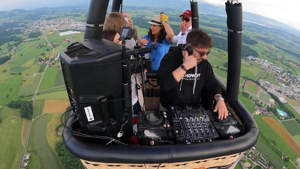 Über den Wolken: Thurgauer DJ legt im Heissluftballon auf