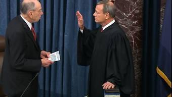 Der Oberste Richter der USA ist im Amtsenthebungsverfahren gegen US-Präsident Trump vereidigt worden. Der dienstälteste Republikaner im Senat, Chuck Grassley, nahm dem Verfassungsrichter John Roberts am Donnerstag den Eid ab. Roberts wird das Verfahren gegen Trump leiten, aber nicht entscheiden.