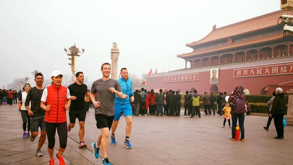 Der Facebook-Gründer beim Joggen auf dem Tiananmen-Platz.