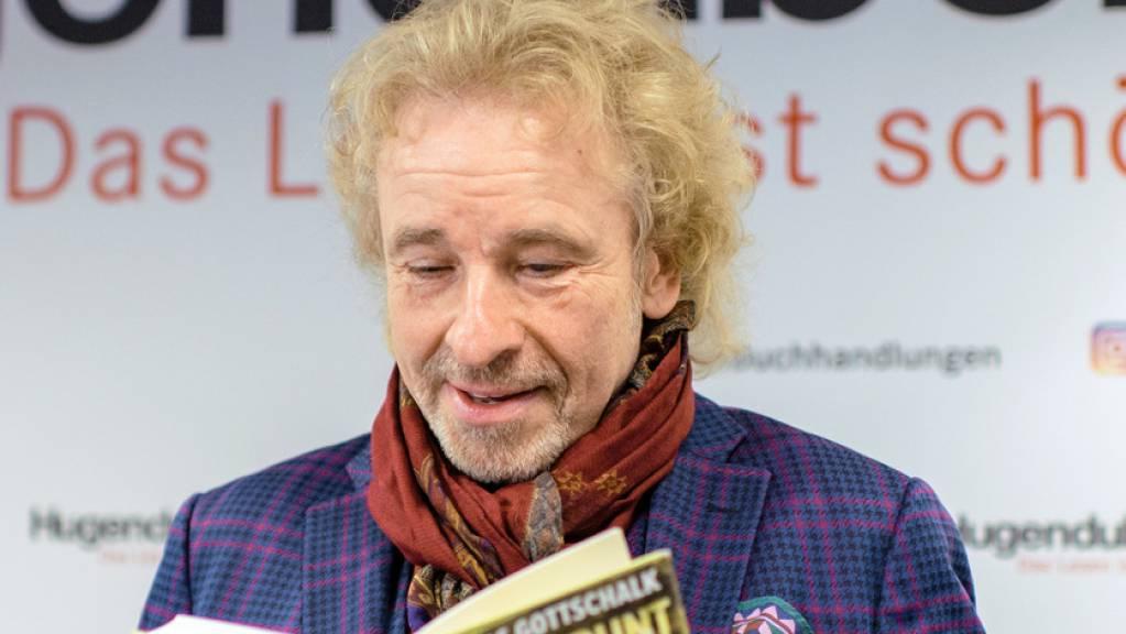 Im Buchladen veräppelt und heimlich gefilmt: Moderator Thomas Gottschalk hat im Schaufenster nicht sein neues Buch, sondern dessen Vorgänger zum Spottpreis vorgefunden.