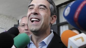 Gibt sich gegenüber den Medien siegessicher: Regierungskandidat Rossen Plewneliew nach seinem Gang zur Wahlurne in Sofia