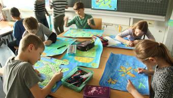 In einem Workshop entstehen neue Welten samt Landkarte, Flagge, Sprache und eigener Währung, wie beispielsweise Drivtofasien von Yanic (10, vorne links).
