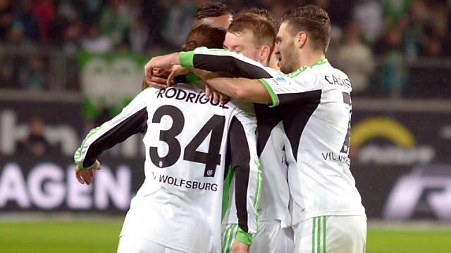 Gratulationen für Wolfsburgs Torschütze Ricardo Rodriguez zum 1:1