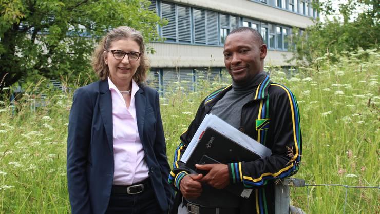 Ingrid Wenk-Siefert zeigte Valentine Tarimo den Alltag in der Kantonsschule Limmattal.