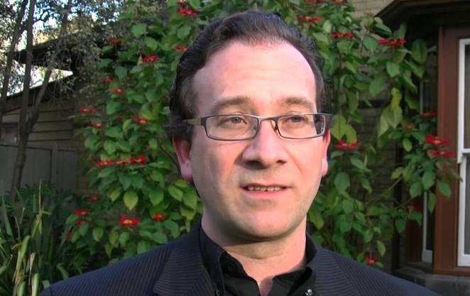 Der Niederländer ist Chef-Wissenschafter der «2045 Initiative», die es sich zum Ziel gesetzt hat, das Gehirn auf einen Computer hochzuladen und den Menschen so unsterblich werden zu lassen. Ausserdem ist er an verschiedenen Neurotechnologie-Firmen beteiligt. Davor war er Professor am University's Center for Memory and Brain in Boston.
