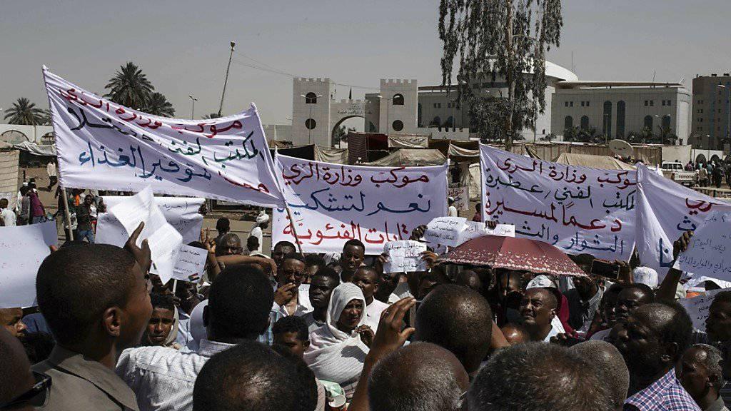 Zehntausende Demonstranten protestieren vor der Zentrale der Streitkräfte in Sudans Hauptstadt Khartum und fordern eine rasche Übergabe der macht an eine zivile Übergangsregierung.