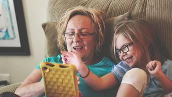 Manche Grossmutter will trotz Corona-Virus nicht auf die Zeit mit den Enkeln verzichten. Gleichzeitig sind manche Familien auf die Betreuungsarbeit der Grosseltern angewiesen.