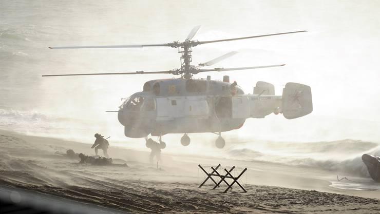 Ein Militärhelikopter während «Zapad 2013»: Alle vier Jahre hält die russische Armee die Übung, die ins Deutsche übersetzt «Westen» heisst, ab – und verunsichert damit die Nachbarstaaten und die Nato.