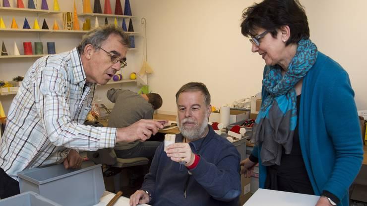 Rolf Hunziker (links), Bereichsleiter Arbeiten der Arwo, und die neue Marktchefin Kathrin Tobler bestaunen die Arbeit eines Arwo-Klienten