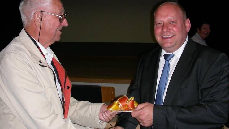 Mit einem Geschenk überraschte Walter Trippel (links) Gemeindeammann Valentin Schmid am Schluss der Versammlung: Er überreichte ihm eine CD mit Informationen zur Geschichte von Spreitenbach. DM
