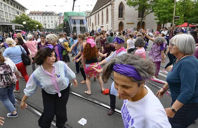 Am Claraplatz in Basel blockierten am Freitag tanzende Frauen die Durchfahrt eines Trams.