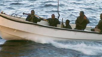 Afrikanische Piraten bewaffnet mit Raketenwerfer und Maschinengewehren. (Symbolbild)