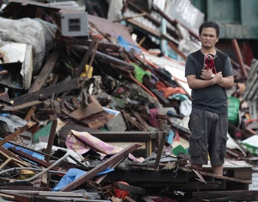 Ein Bewohner schaut auf die völlig zerstörten Häuser.