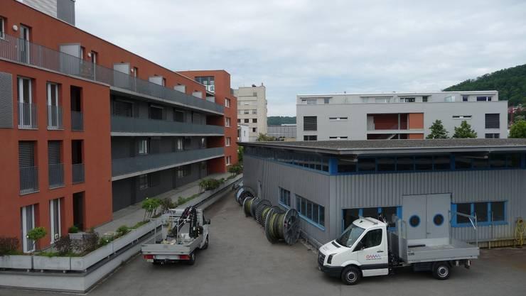 Zentrumsplatz 2: Das rote Gebäude soll verlängert und zwei zusätzliche Wohnhäuser erstellt werden.  mru