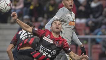Guillaume Hoarau (oben) gewinnt das Luftduell mit Xamax' Verteidiger Mustafa Sejmenovic