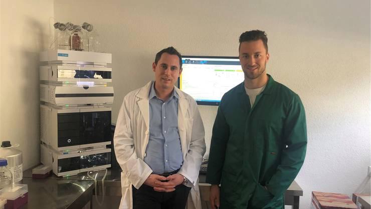 Stevens Senn (l.) und Yannik Schlup wollen das Erbgut von Hanfpflanzen entschlüsseln, um Züchtungen zu beschleunigen. zvg