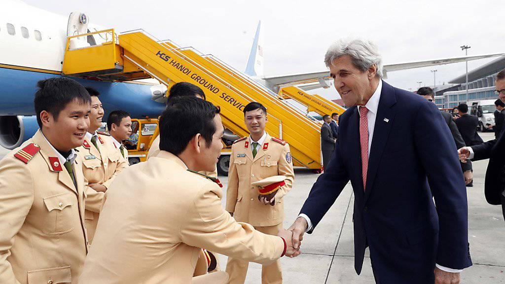 US-Aussenminister John Kerry trifft vietnamesische Polizeioffiziere am Flughafen von Hanoi