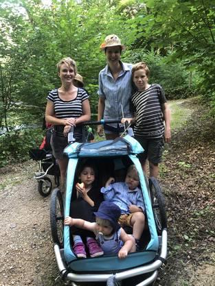 Die grüne Nationalrätin Irène Kälin (links) mit Söhnchen Elija (ganz vorn), sowie die grüne Grossrätin Kim Schweri mit Göttibub Levin (stehend) und im Kinderwagen Schweris Cousine Frida und Söhnchen Noé.