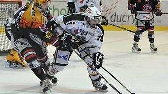 Fribourgs Julien Sprunger (l.) im Duell mit Luganos Brett McLean.