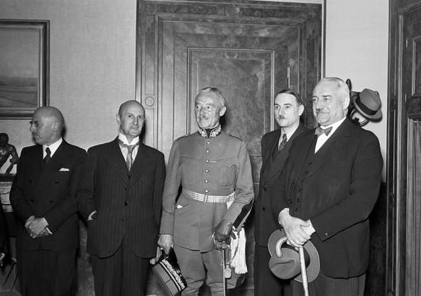 Hat die Neutralität wohl nicht immer eingehalten: General Henri Guisan (3. von links) mit dem Bundesrat kurz nach seiner Vereidigung im Jahr 1939.