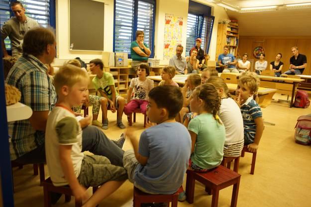 Die Schüler besprechen das Gehörte