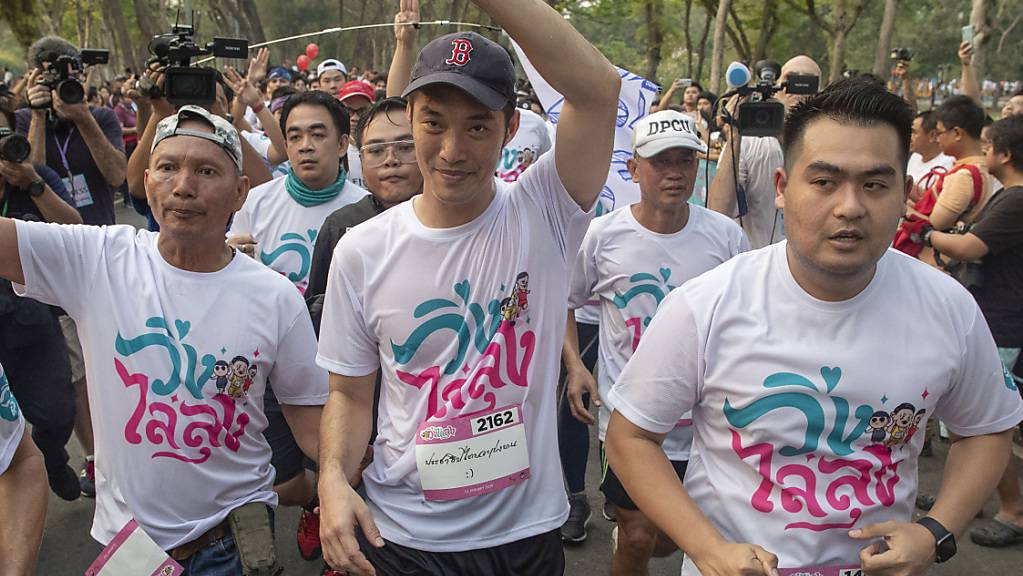 Sie rennen in Bangkok für mehr Demokratie und gegen Diktatur.