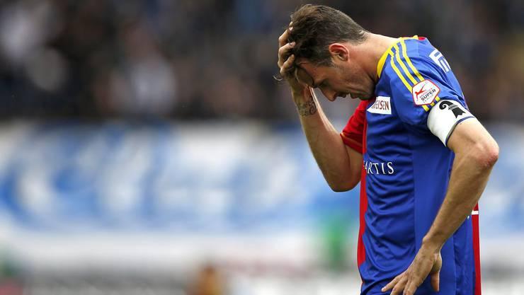 Der Super-Stürmer im Tief: Streller trauert immer noch seinem vergebenen Matchball nach, als es auf der anderen Seite kesselt.
