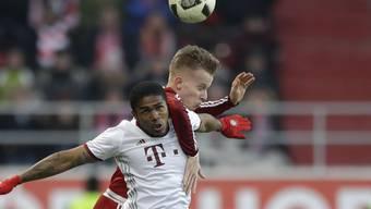 Florent Hadergjonaj, hier im Kopfballduell mit Douglas Costa von Bayern München