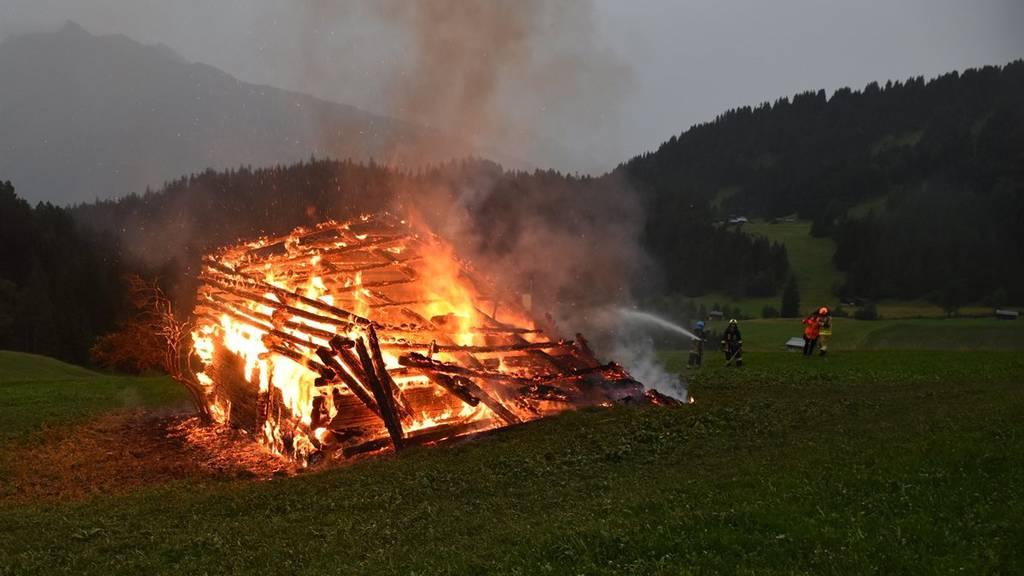 Der vom Blitz getroffene Stall brannte komplett aus.
