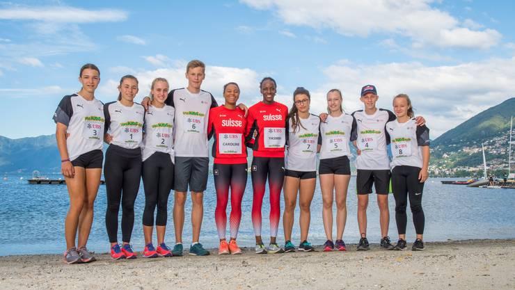 Caroline Agnou und Yasmin Giger mit den Leichtathletik-Talenten aus dem Kanton Aargau: Julia Hammesfahr (Startnummer 3), Jael Concu (1), Ariana Brügger (2), Marc Leutwyler (6), Alev Acar (7), Laura Perlini (5), Marc Ilg (4), und Sarah Bachofen (8).