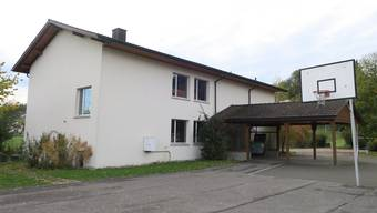 Das ehemalige Schulhaus Attelwil steht seit über einem Jahr leer. Bisher wollten es die Stimmbürger nicht zum Verkauf freigeben.