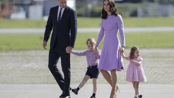 Der Herzog und die Herzogin von Cambridge mit ihren Kindern George und Charlotte letzten Sommer auf Staatsbesuch in Deutschland. Allein bei diesem Anlass erhielten die Kinder unter anderem 17 Kuscheltiere und je einen Schleckstengel.