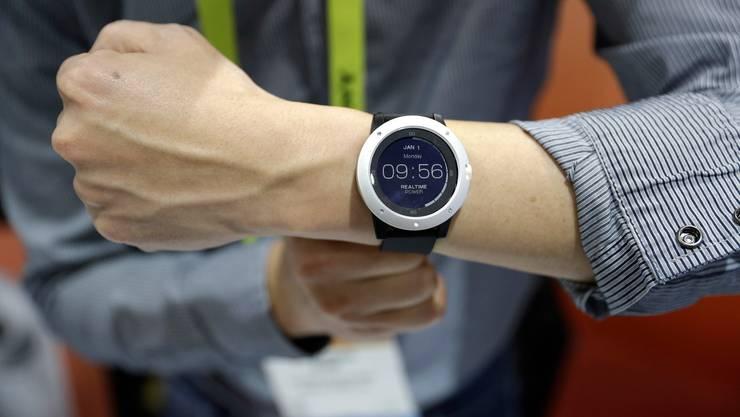 Smart Watches sind in der Schweiz beliebt. Das Sammeln personenbezogener Daten sehen aber viele als Nachteil. (Archivbild)