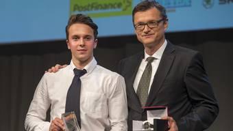 Denis Malgin (links), der Gewinner des Awards für den besten Newcomer der letzten Saison.