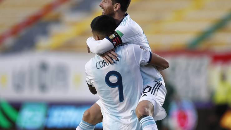Lionel Messi freut sich mit Siegtorschütze Joaquin Correa