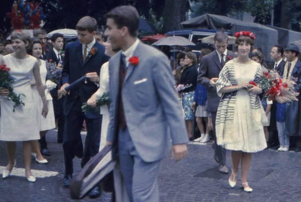 «1966, wer glaubt's meine Schwester Anne sogar als Kantischülerin am Maienzug.» (Thomas Gysel, Veltheim)