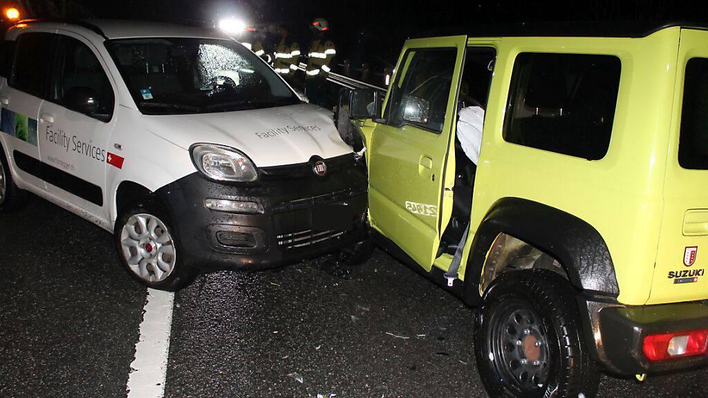 Die beiden total beschädigten Autos nach der Frontalkollision zwischen Enggenhütten und Appenzell. Die beiden Lenker blieben unverletzt.