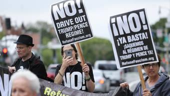 Vor dem Weissen Haus protestieren Demonstranten gegen die Entlassung von FBI-Direktor James Comey.