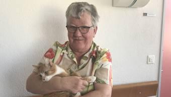 Ruth Haunsperger mit der Katze des Alterszentrums Sandbühl.