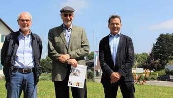 Präsident Jörg Hunn von der Betriebskommission (v.l.), Stiftungsratspräsident Peter Müller und Geschäftsführer Rainer Hartmann stehen in Hausen auf der Wiese neben der Hauptstrasse, wo bis 2023 das neue Wohnheim erstellt werden soll.