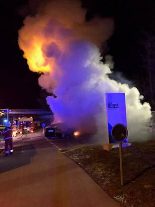Die Feuerwehr Dietikon löschte den Autobrand.