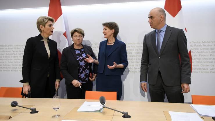 Haben die Krise laut einem Bericht effizient gemanagt, haben aber noch Verbesserungspotential in einigen Punkten: Die Bundesräte Karin Keller-Sutter, Viola Amherd, Simonetta Sommaruga und Alain Berset.