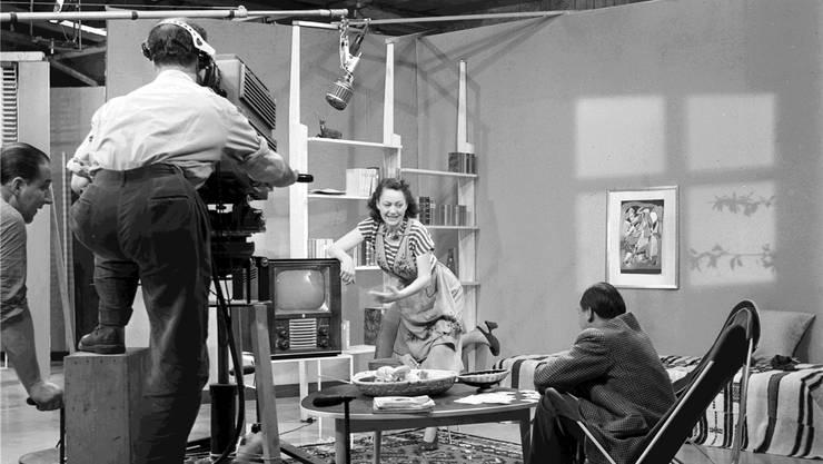 Plötzlich Fernsehen: 1952 sendet die SRG aus dem Tonatelier in Basel das legendäre Kabarettisten-Duo Margrit Rainer und Ruedi Walter in die Stuben. Keystone