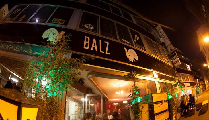 Die Balz Bar am Steinenbächlein in Basel hat zum In-Lokal der Stadt gemausert. Musik, Getränke, Ort: Die Balz Bar hat viele guten Argumente, die jedes Wochenende hunderte von jungen Baslern anlocken.