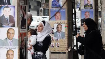 Syrische Frauen begutachten Wahlplakate