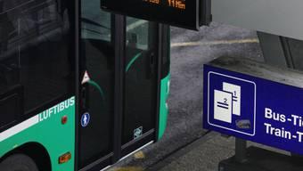 Der Flughafen-Bus fährt während der Ferienzeit öfters.