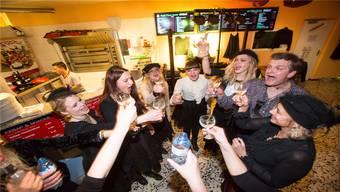 Im Multi Pizza Kurier in Fahrwangen stossen die «Meitli» am Donnerstagabend auf ihre symbolische Regentschaft an.
