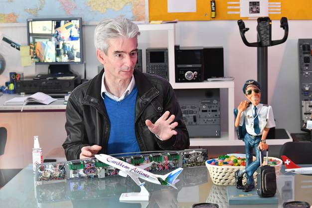 Gerry Dressler hat den Boeing-Simulator selbst gebaut. Er ist aber kein Pilot, sondern Hotelier. Das technischee Wissen und die Kenntnisse über die Aviatik für die Simulatoren habe sich der Bündner selbst beigebracht.