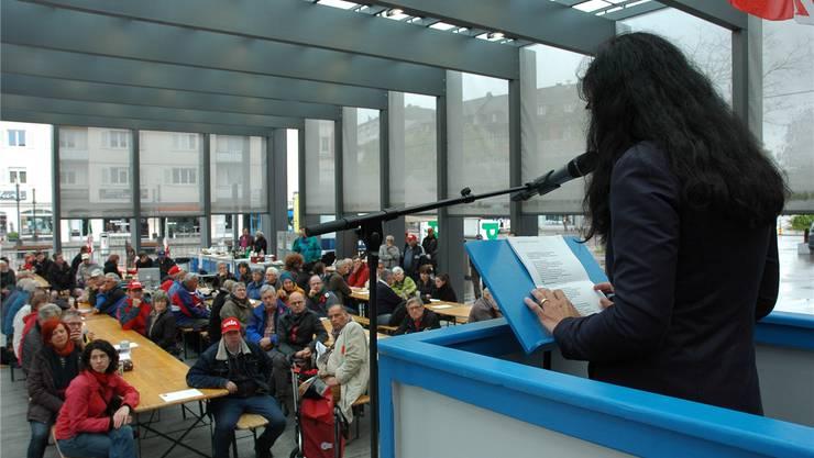 Vania Alleva, Co-Präsidentin der Gewerkschaft Unia, spricht zu den Limmattaler Genossinnen und Genossen.